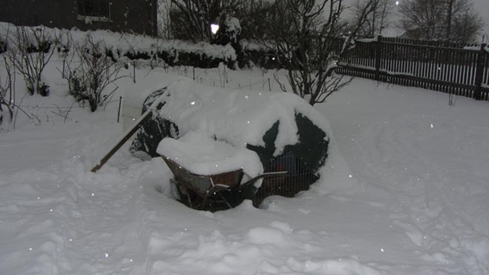 Hühnerstall winterfest im Schnee